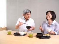 食事をしているシニア夫婦